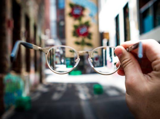 welk vertelpespectief je kiest betekent door wiens ogen je kijkt, ik-perspectief, jij-perspectief, hij-perspectief, eerste persoon, derde persoon, alwetende verteller bijvoorbeeld